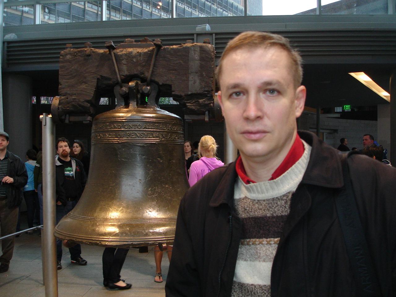 На фоне Колокола Свободы (Liberty Bell) - символа независимости США.
