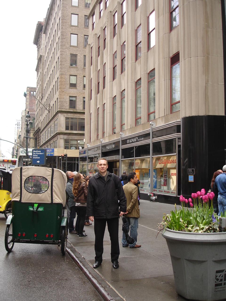 Нью-Йорк. На фоне Эмпайр-стейт-билдинг и повозки Алика