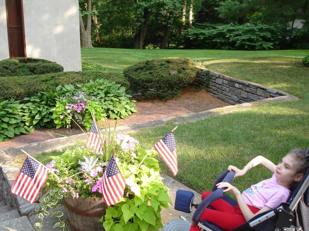 Филадельфия. Лера рассматривает флаг США.