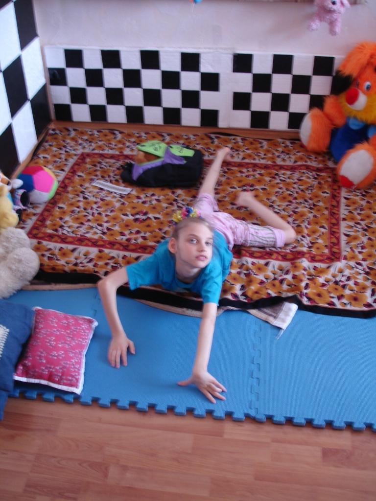 Лера осваивает свою новую кровать