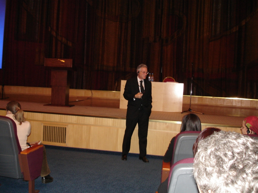 Дуглас Доман читает лекцию в Москве (25 октября 2011 года)