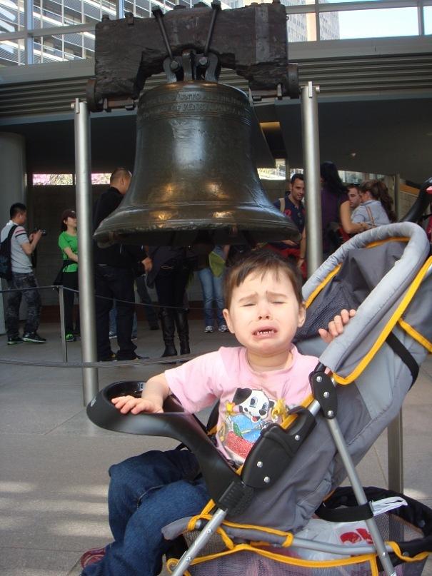 Вика Долгополова у Колокола Свободы в Филадельфии (США)