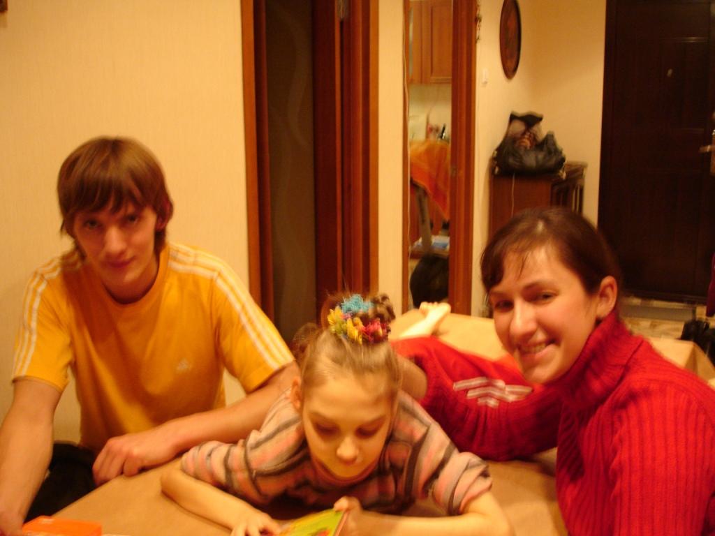 Виталий и Татьяна помогают Лере