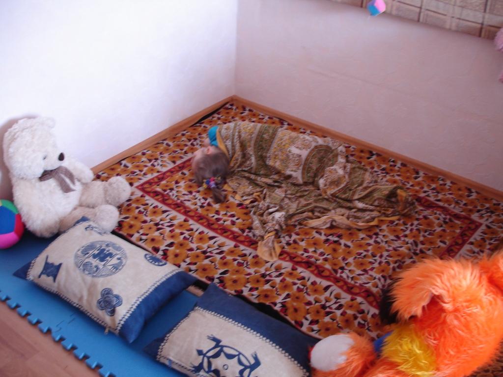 Лера спит на полу