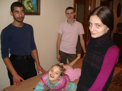 Рафаил, Генрих и Ольга помогают Лерке