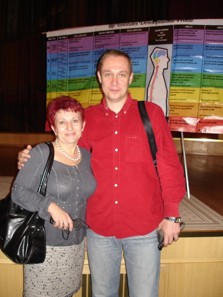 С Галиной Луговой на фоне профиля развития Институтов Глена Домана