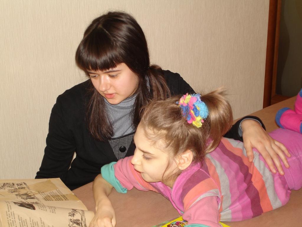 Леонилла читает Лерка сказки