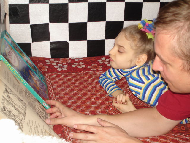 Лера любит, когда родители ей читают сказки.
