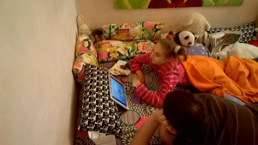Лера смотрит видео на своем планшете