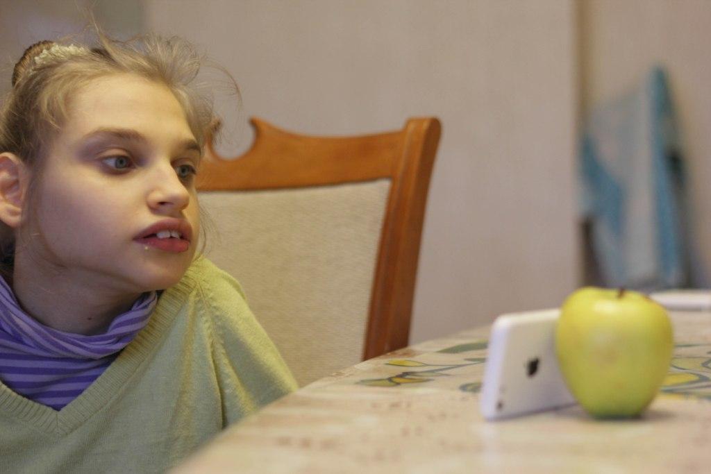 Лера смотрит видео на смартфоне